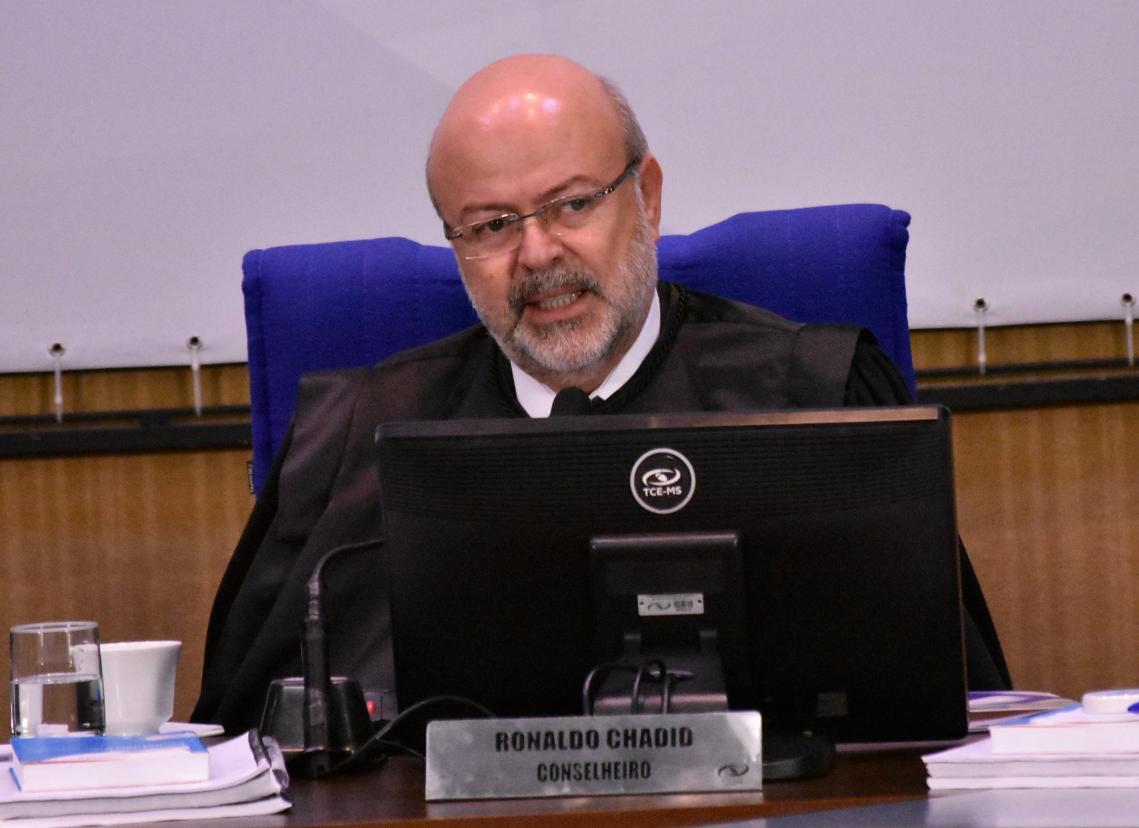 Conselheiro Ronaldo Chadid relatando a Consulta em sessão do Pleno. - Foto por: Mary Vasques