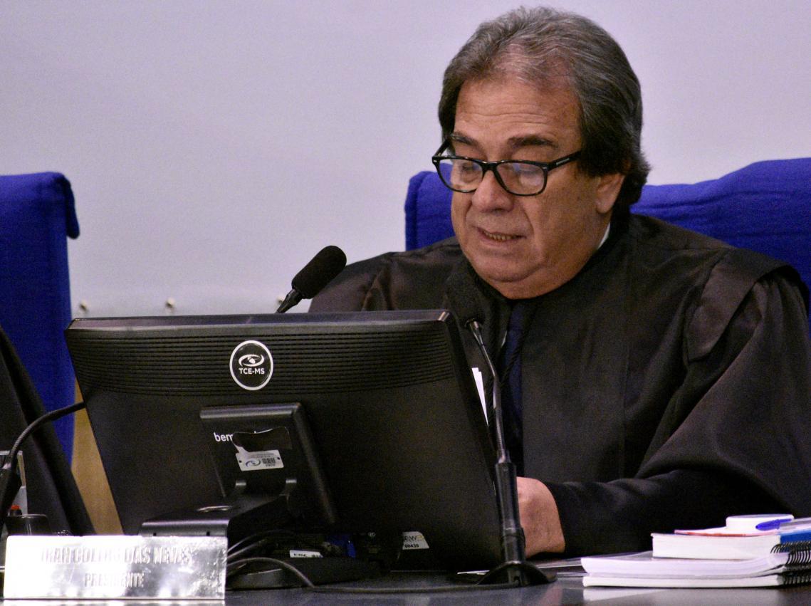 Presidente do TCE-MS, conselheiro Iran Coelho das Neves presidindo a sessão. - Foto por: Mary Vasques
